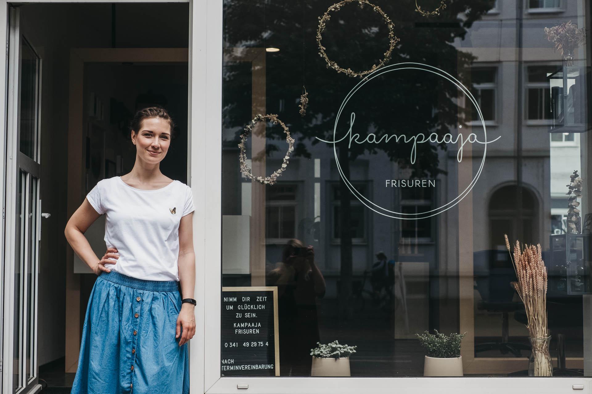 kampaaja –Claudia vor dem Laden